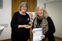 Prof. Annelie Keil mit dem Carola Gold-Preis für ihr herausragendes Engagement im Bereich der gesundheitlichen Chancengleichheit geehrt
