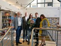 Glückwünsche der Hochschulleitung für Prof. Dr. Susanne Fleckinger (Bildmitte): Prof. Dr. Helmut Marquardt, Vizepräsident, Dr. Rolf Jäger, Geschäftsführer, Prof. Dr. Steffen Warmbold, Präsident und Prof. Dr. Barbara Zimmermann, Vizepräsidentin (von links)